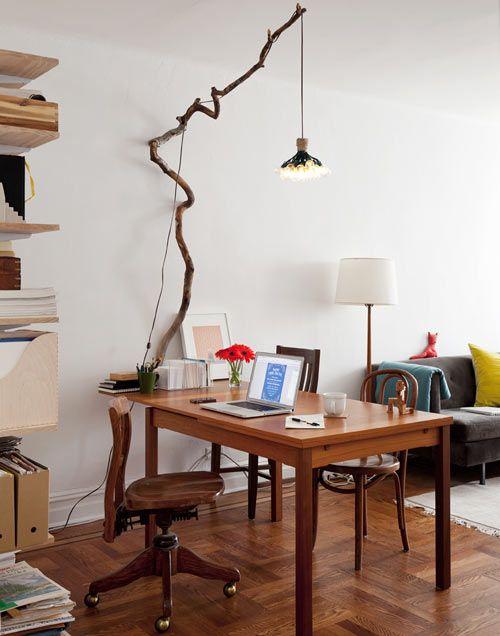 Лампа для работы на ветке дерева фото