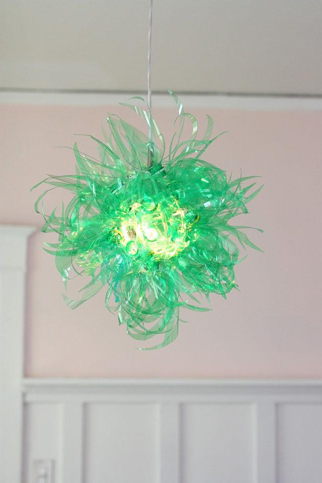 lyustra-svetilnik-iz-plastikovyx-butylok-21