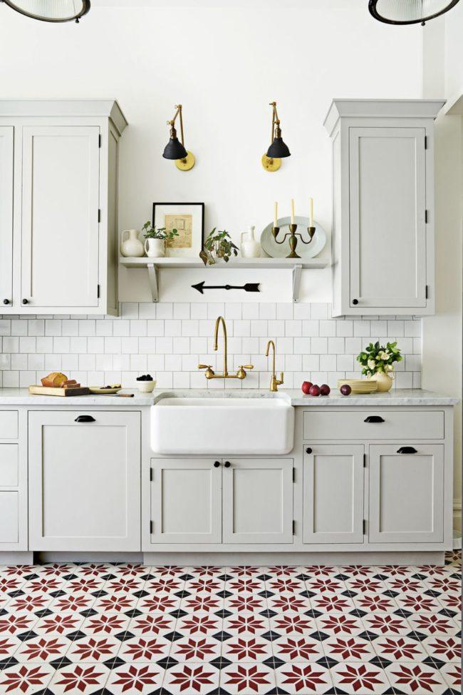 Узорчатая напольная плитка на кухне